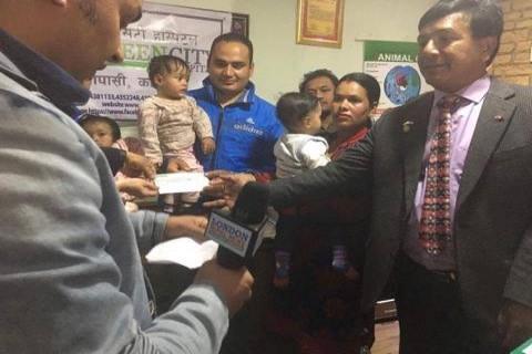 गुल्मी समाज युकेद्वारा चम्ल्याहा बच्चा जन्माएका दम्पतीलाई २ लाख ८ हजार रुपैयाँ आर्थिक सहयोग
